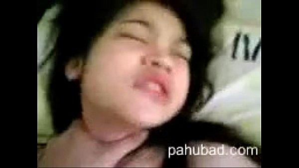 คลิปโป๊เสียงไทยออกแนวโรคจิต 18+ เย็ดเด็กมอสามอยู่ในช่วงจิ๋มฟิต กระแทกควยเพลินมากจนเผลอไปบีบคอทำน้องครางไม่ออก