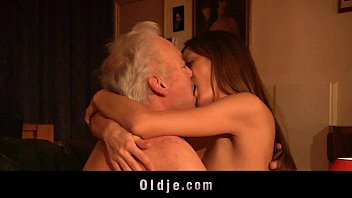 หลานสาวขี้หงี่มีอารมณ์กับคุณปู่ รีบทำเวลาแอบเย็ดกันก่อนคุณย่ากลับบ้าน porn หนังโป๊มาใหม่