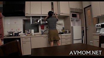 AVmom หนังโป๊คุณแม่เลี้ยงเดี่ยวแอบเงี่ยน นั่งเกี่ยวหีในห้องครัวจนลูกมาเจอเลยยื่นควยให้โม้ก