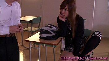 หนังโป๊นักเรียนญี่ปุ่น แอบเย็ดกันหลังเลิกเรียนที่ห้องโฮมรูม แตกในใส่หีมีคว้านมาเลียต่อ