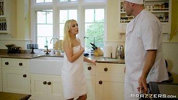 ทีมงานBrazzersส่งเชฟควยใหญ่มาแก้เหงาให้แม่สาวสวย ได้เสียกันหีแหกตรงห้องครัวนั่นเลย