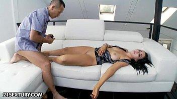 ลักหลับเมแกน Megan Foxx เอาควยถูหีแล้วยัดปากต่ออีกเอายัดปากกันไปเลย