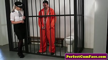 ตำรวจสาวขอลองหน่อย ไอ้หนุ่มนักโทษเสื้อส้มดูท่าจะควยใหญ่ขอโม้กสักทีเดียวพี่ให้เย็ดนมคืน pornstar